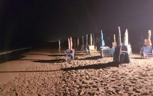 Ombrelloni e lettini lasciati in spiaggia durante la notte: sequestri a Torre Canne