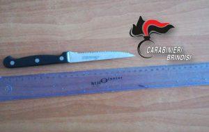 Insulta il vicino di casa e lo minaccia con un coltello