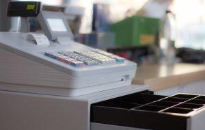 """Barista """"alleggerisce"""" il registratore di cassa del locale dove lavora: arrestato e licenziato"""