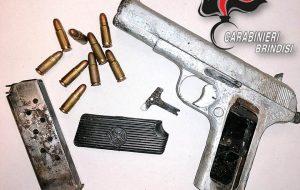 Trovato con una pistola clandestina di fabbricazione sovietica con un colpo in canna