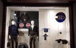 Spaccano vetrina con una Panda e razziano negozio nel pieno centro di Brindisi