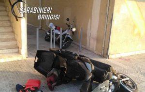 Alla vista dei Carabinieri abbandonano due scooter rubati a Lecce e si danno alla fuga