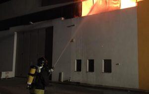 Fiamme in un capannone della zona industriale: i Vigili del Fuoco evitano gravi conseguenze