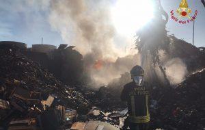 Vasto incendio alla Fer Metal Sud: Vigili del Fuoco a lavoro fino al mattino