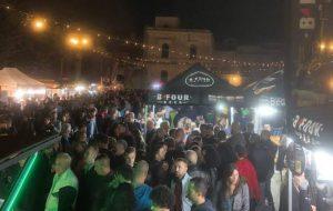 Migliaia di persone in Piazza Santa Teresa per l'International Street Food Brindisi. Si continua oggi e domani