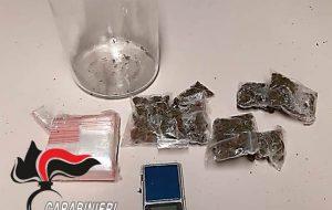 Trovato con la droga in casa, si scaglia contro i Carabinieri: arrestato