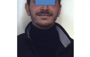 Nasconde in una botola marijuana, cocaina e cartucce: arrestato 25enne