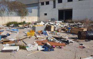 Discarica di rifiuti pericolosi nel piazzale di un capannone: denunciato amministratore