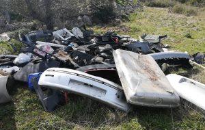 Pezzi di auto abbandonati sui colli di Sant'Oronzo: denunciati due carrozzieri di Ostuni