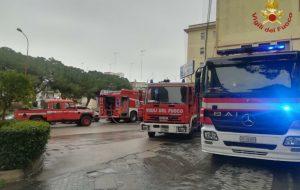 Un incendio distrugge l'archivio del Di Summa: pompieri in azione