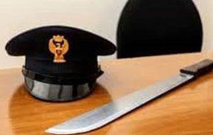 Minaccia con un machete i poliziotti: arrestato 32enne del Ghana