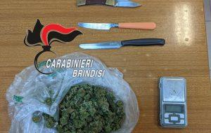 Nascondeva in casa 48 grami di marijuana, arrestato. Denunciata anche la convivente per favoreggiamento.