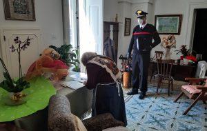 I Carabinieri consegnano la pensione ad una donna anziana di San Pancrazio Salentino