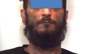 Nascondeva in cantina un kalashnikov, munizioni e un giubbotto antiproiettile: arrestato 40enne