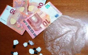 In auto con 5 grammi di cocaina: arrestato