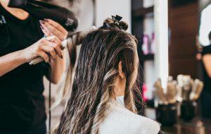 Un bypass per risparmiare sulla bolletta del salone di parrucchiera: arrestata per aver rubato 25mila euro