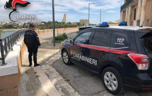 Minaccia il suicidio in pieno centro: arrestato per porto di arma clandestina