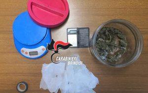 Beccato con 21,2 grammi e una piantina di marijuana: arrestato 22enne