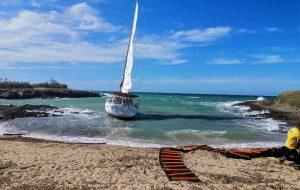Il vento rompe la vela di una barca: la Guardia Costiera salva i due occupanti