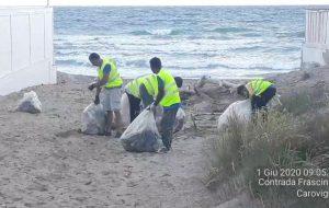 Avviata la pulizia delle spiagge di Brindisi: le foto dell'opera di Ecotecnica