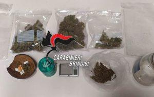 100 grammi di erba nascosti tra casa e negozio: arrestato 43enne