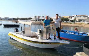 Pescatori di Torre Guaceto soccorrono tartaruga stretta nella plastica