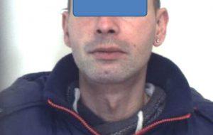 Motociclista vede i Carabinieri, abbandona il mezzo e si disfa di 51 grammi di eroina: arrestato