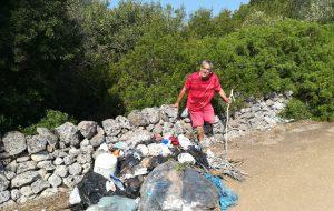 Ha il reddito di cittadinanza: volontario pulisce il parco di San Michele