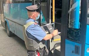 """Si rifiuta di indossare la mascherina sull'autobus: """"no mask"""" sanzionata e denunciata dai Carabinieri"""