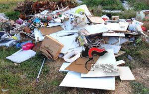 Abbandona rifiuti lungo la litoranea di Brindisi: beccato e multato
