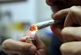 Alla guida dell'auto di papà dopo aver fumato canne: denunciato 18enne