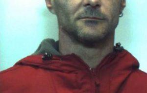 Cerca di eludere il controllo, ingiuria e spintona i Carabinieri: arrestato 41enne