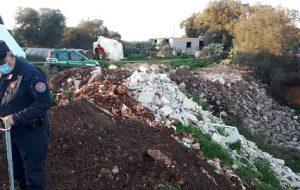 Scaricano rifiuti in terreno agricolo: scoperti e denunciati dai Carabinieri Forestali