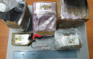 Si scambiano zaino contenente 2,3 kg hashish ma i Carabinieri sono in agguato: tre arresti