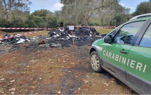 Rifiuti di plastica abbandonati e dati alle fiamme: sequestrate due aree