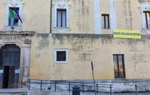 Uno striscione per Giulio Regeni sulla facciata del Comune di Mesagne