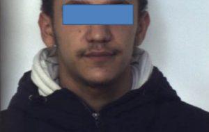Due rapine nello stesso giorno, una al supermercato e l'altra al tabaccaio. Le indagini lo incastrano e viene arrestato