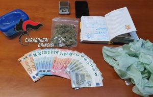Spacciatrice incastrata dalla perquisizione domiciliare: trovati erba, bilancino e diario con la contabilità dello spaccio