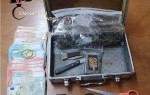 In casa 100 grammi di fumo ed erba, bilancino, 2mila euro in contanti e materiale per il confezionamento: arrestato 21enne
