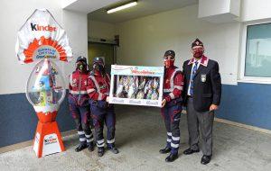 I volontari dell'Associazione Polizia di Stato consegnano uova di pasqua ai piccoli degenti del reparto Pediatria dell'ospedale Perrino di Brindisi