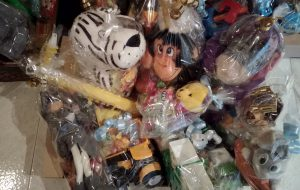 """Il circolo """"Le Api"""" dona giocattoli alla parrocchia del rione Sant'Angelo"""