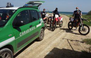 """Motocross nel Parco """"Saline di Punta della Contessa"""": tre centauri bloccati e denunciati, altri tre riescono a fuggire"""