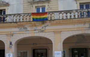 Giornata internazionale contro l'Omofobia, la bandiera Arcobaleno su palazzo dell'Orologio di Fasano