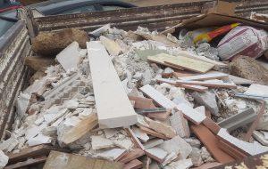 Sequestrato camion carico di rifiuti da demolizioni edili, tubi di plastica e cartoni