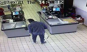 Rapina in un supermercato da Carovigno: la cassiera reagisce