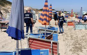 Occupano spiaggia libera con ombrelloni, sdraio e lettini abusivi: denunciati titolari di strutture ricettive